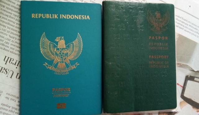 Paspor baru dan lama milik penulis.